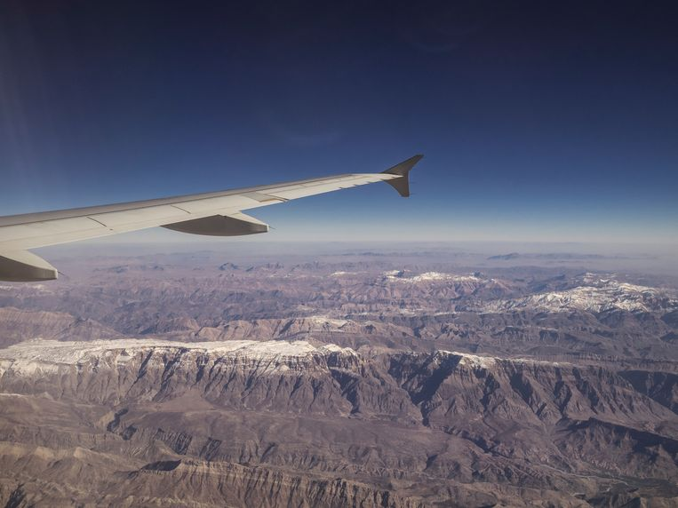 Beautiful view of the earth from the porthole of an airplane. The mountains of Iran. Beeld null
