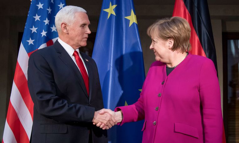 De Amerikaanse vicepresident Mike Pence en bondskanselier Angela Merkel op de veiligheidsconferentie in München. Beeld AFP