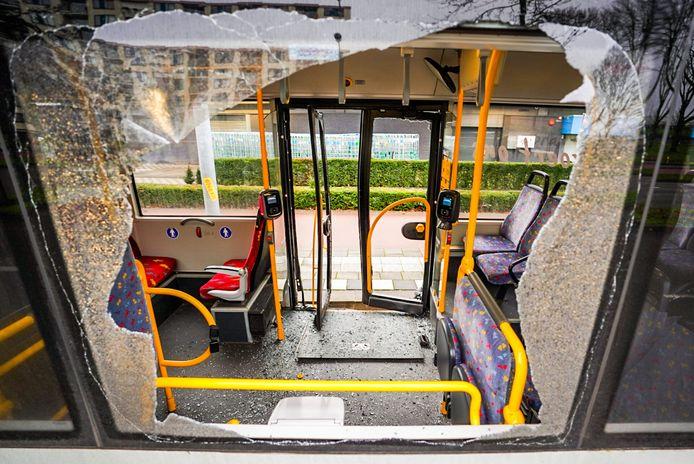 Auto botst tegen stadsbus in Eindhoven.