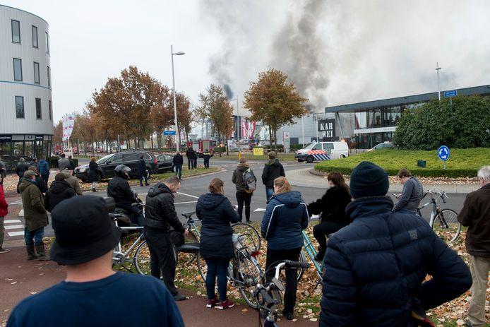 Veel mensen namen een kijkje bij de grote brand van de Karwei in Apeldoorn.