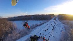 Paraglider maakt onthutsende luchtbeelden van ravage na aardbeving Alaska