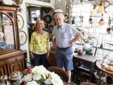 Tachtig jaar en nog steeds actief in Hengelose antiekzaak: Sinie en Fons Rörink gaan gewoon door