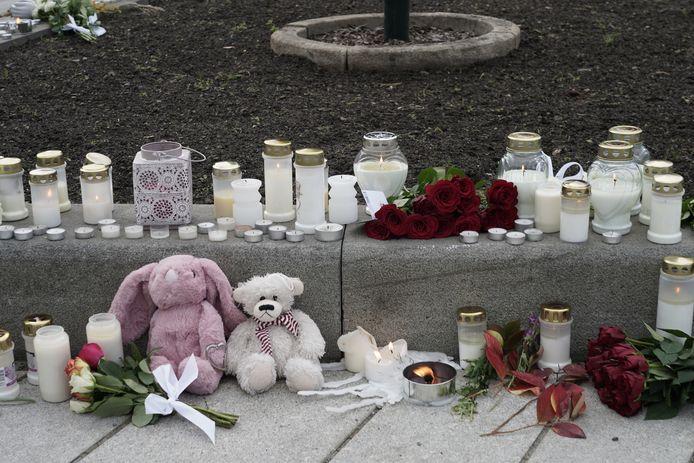 Kaarsen, bloemen en beertjes voor de slachtoffers in de buurt van waar het drama gebeurde.
