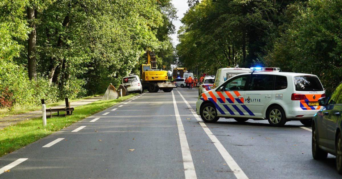 Verkeersregelaar uit Enschede overlijdt na aanrijding met shovel.