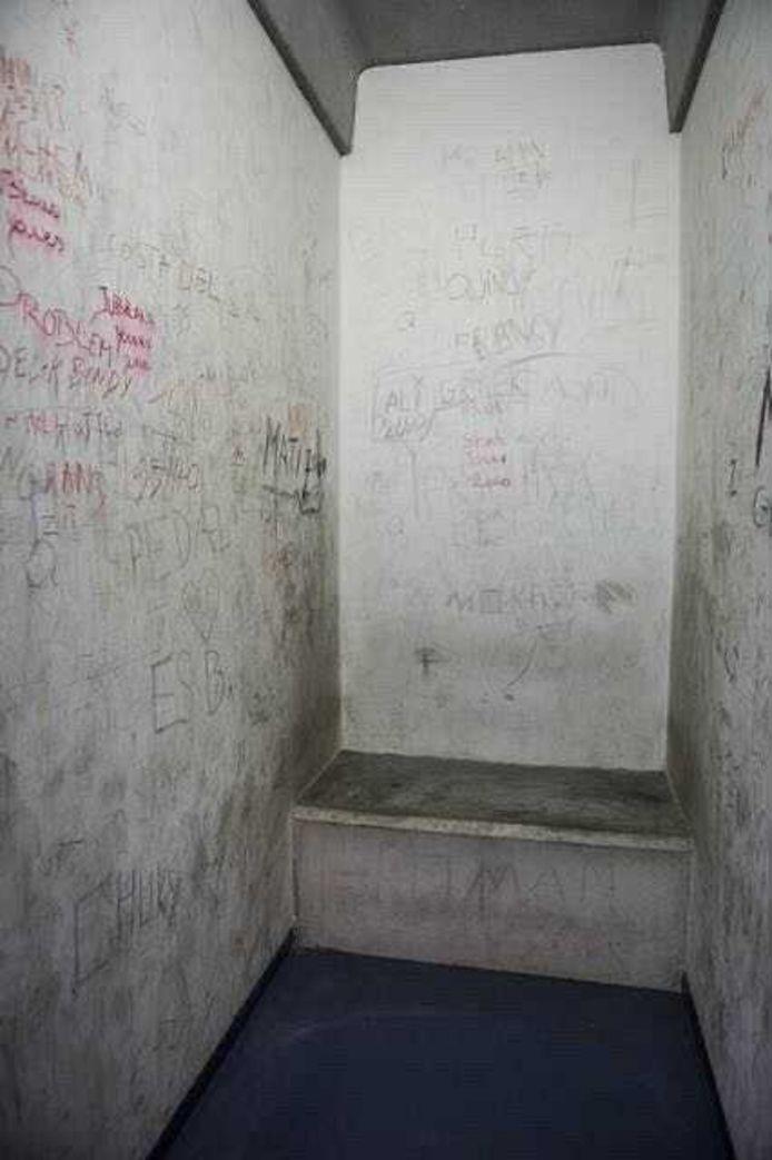 In deze cellen van goed een meter breed in het justitiepaleis zaten ze, met de deur op slot.