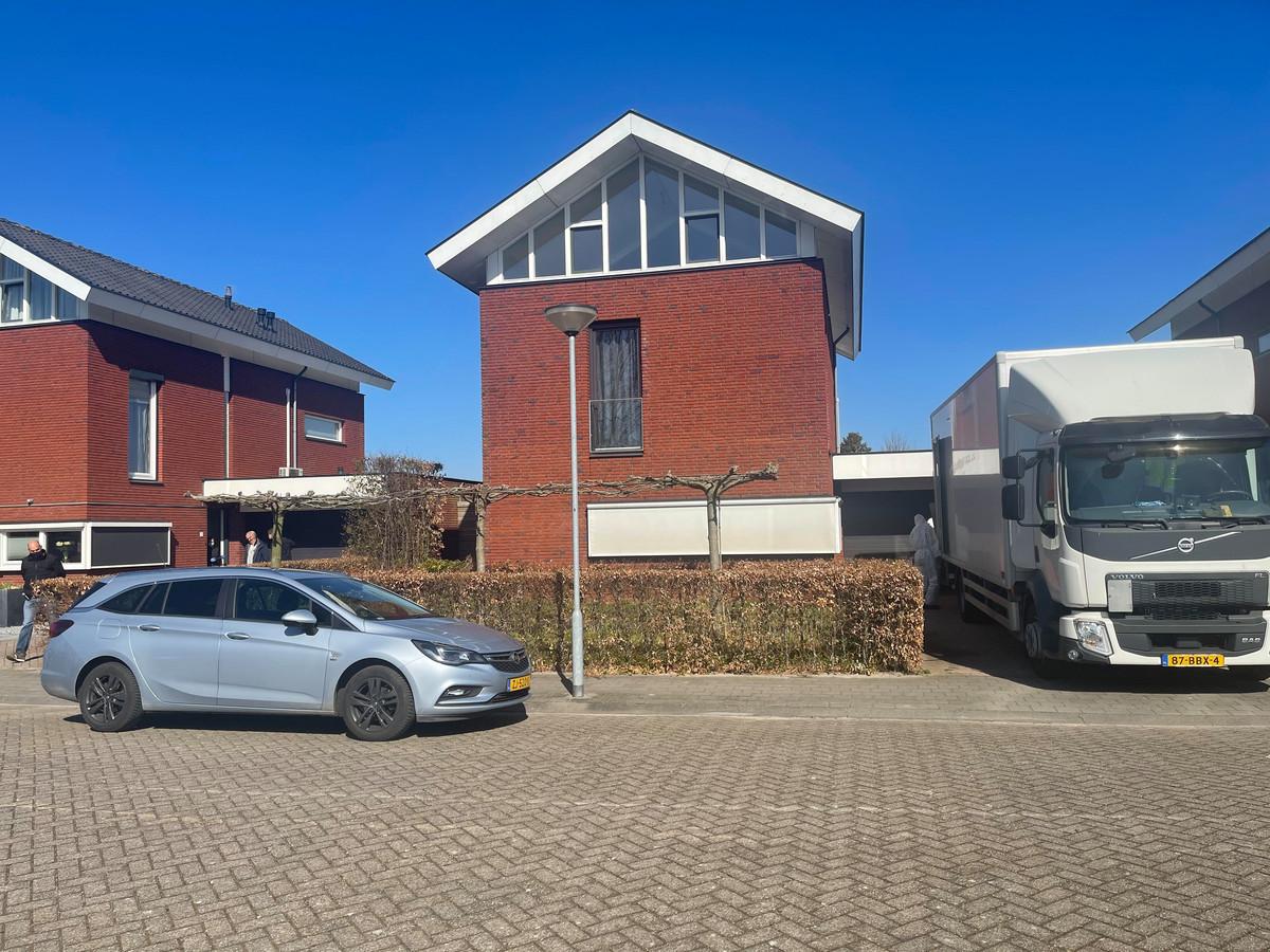 Afgelopen vrijdag viel de Rijksrecherche binnen in de woning (links) van de twee verdachten in Zevenbergschen Hoek. In het midden de woning van hun buurman, de undercoveragent die zich eerder deze maand van het leven beroofde.