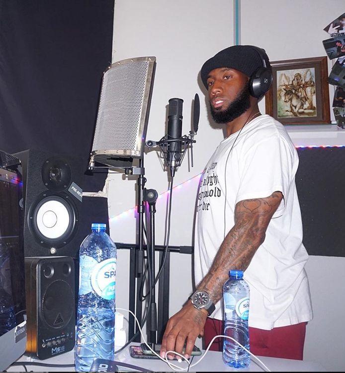 RKC-voetballer Vurnon Anita als rapper in zijn home-studio.