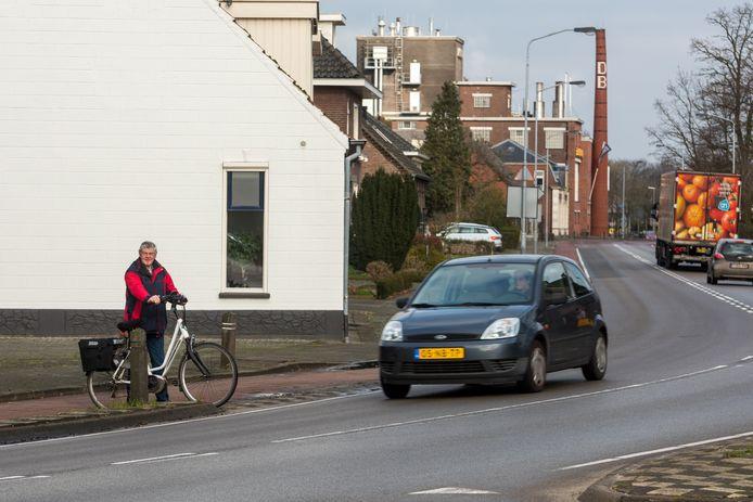 Kees Dekkers wil op de hoek Westerhovenseweg-Mgr. Smetsstraat in Dommelen geen fietsersoversteek. Hij maakt zich zorgen over de veiligheid van de fietsers.
