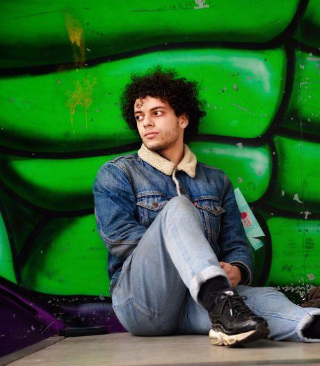 Amine is 19 en dakloos: 'Ik knoop mijn veters om mijn enkels anders worden mijn schoenen gestolen'