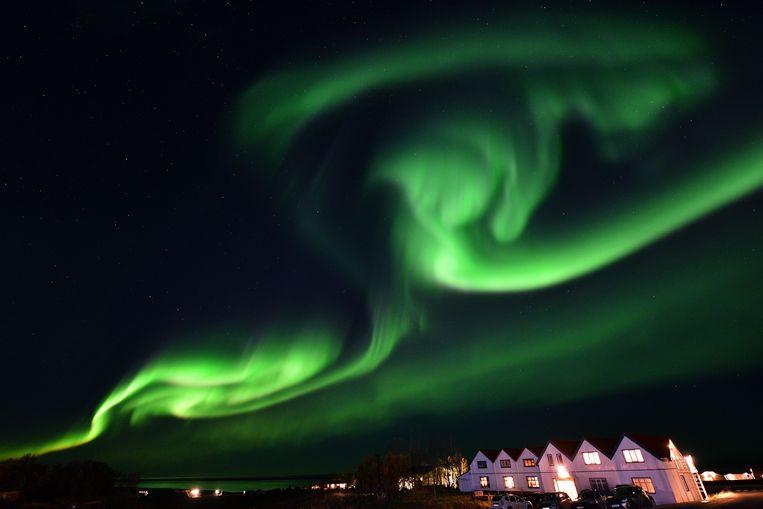 De 'aurora borealis' of het 'noorderlicht' ontstaat wanneer elektrisch geladen deeltjes vanuit de zon met onze atmosfeer botsen en is enkel te zien  in het gebied rond de noordpoolcirkel. Beeld AFP