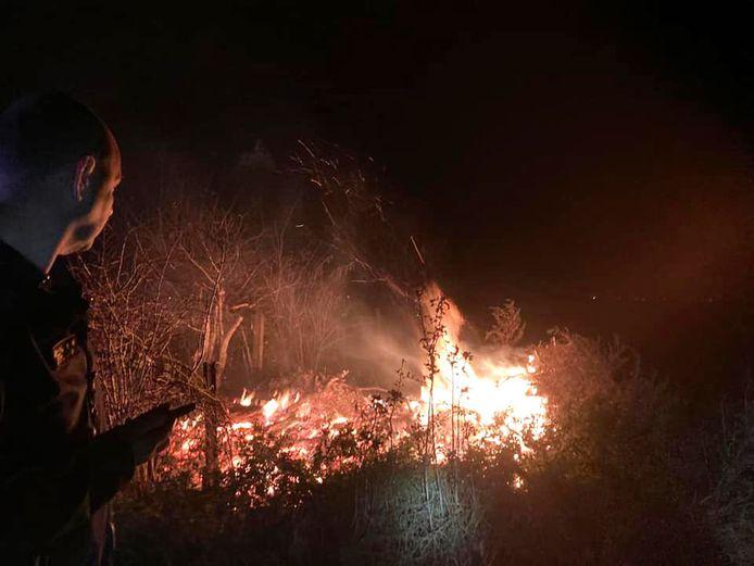 De brand woedde in een veld, waar afval opgestookt werd
