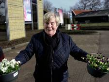 Lentezon lokt Enschede naar buiten: geen terrassen en planten, wel bloemen en ijsjes