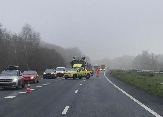 Na een motorongeluk op de A28 ter hoogte van Putten, moesten door Rijkswaterstaat twee rijstroken worden afgesloten. Het verkeer werd via de vluchtstrook langs het ongeluk geleid.
