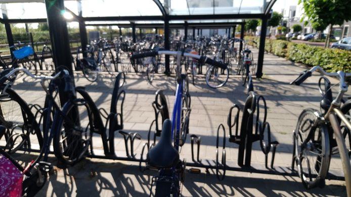 De gemeente Kapelle verwijdert 58 fietswrakken bij het station. Tot 29 september kunnen de eigenaren zelf hun fiets nog weghalen.