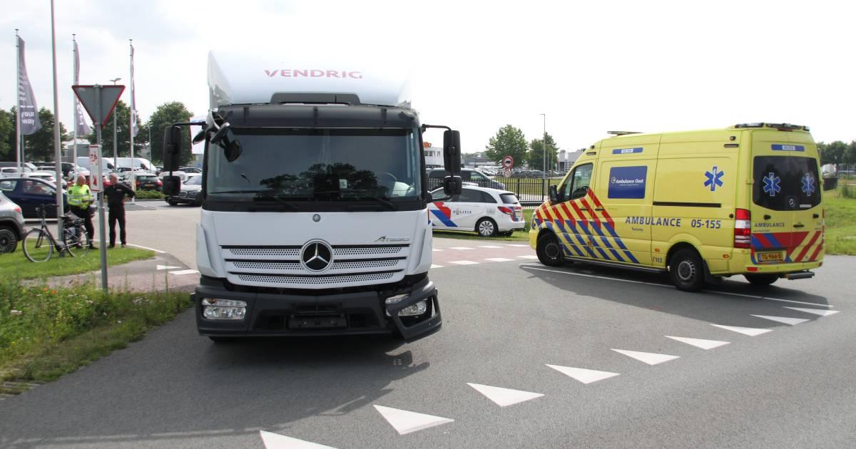 Fietser gewond na botsing met vrachtwagen in Rijssen, politie verhoort trucker.