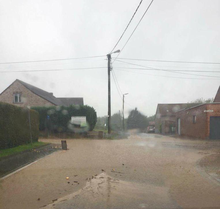 Wateroverlast in de Wittenweg in Zoutleeuw. De stad deelt gratis zandzakjes uit. Beeld RV Facebook Viviane Renders