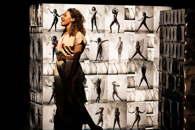 Nienke Nasserian in Vrouwenstemmen, tijdens het Grachtenfestival in Amsterdam. Beeld Melle Meivogel