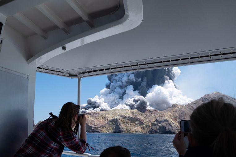 De eruptie van White Island gezien vanaf een boot.