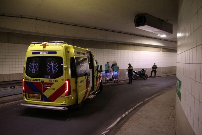 Een motorrijder is maandagochtend 27 september gewond geraakt nadat hij ten val kwam in de Koningstunnel in Den Haag.