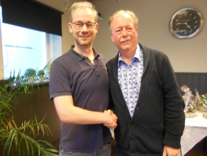 Winnaar Mark Clijsen (links) en voorzitter van De Elster Toren, Peter Bongers.