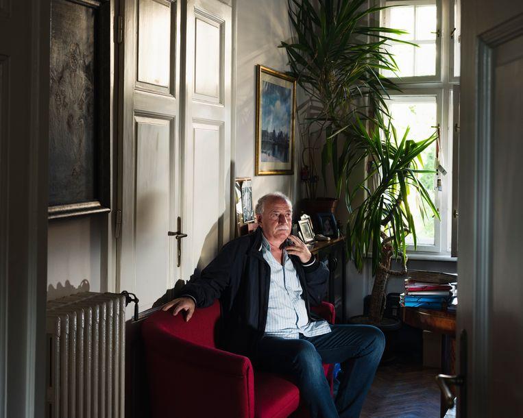 Veselin Sljivancanin in zijn kantoor. Hij komt vaak in de media en toert met zijn boeken door het land.  Beeld Martino Lombezzi