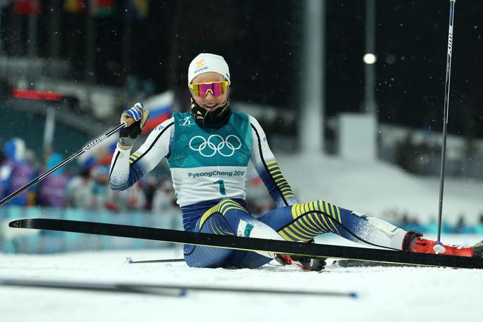 Stina Nilsson zakt lachend in elkaar na de finish.