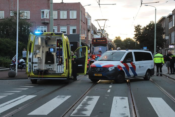 Een vrouw kwam hard ten val toen ze met haar wiel tussen de tramrails kwam.