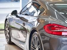 Dronken wegpiraat in peperdure Porsche probeert zich met auto en al te verstoppen voor politie