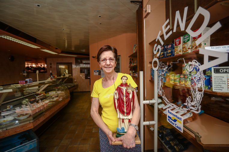 Annie Baerts van Vishandel Ostendia houdt 'haar' Trudo liefdevol vast.