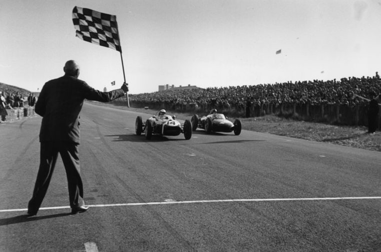 1961. Stirling Moss (Lotus) wordt afgevlagd voor Richie Ginther (Ferrari).  Beeld Getty Images