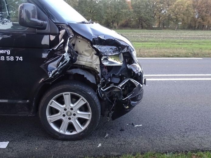 De schade aan het bedrijfsbusje na de botsing.