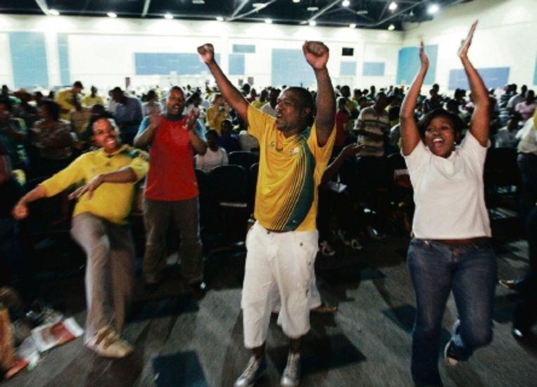 Tijdens de eerste bijeenkomst krijgen de vrijwilligers instructie en leren de 'Diski dans'. (FOTO EPA) Beeld EPA