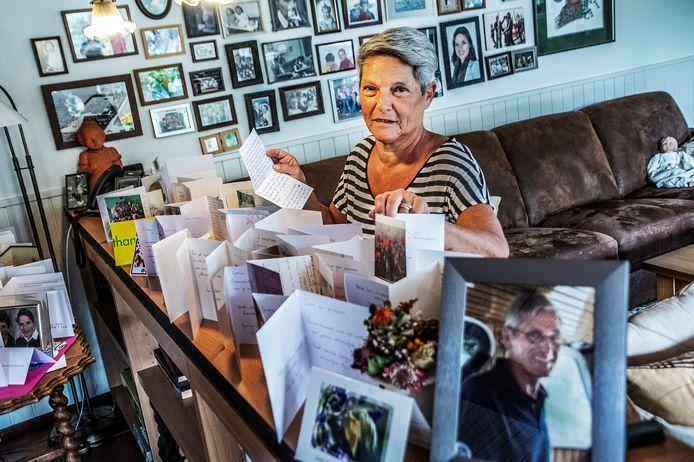 Corin Sweegers vindt troost in de vracht aan condoleances na het overlijden van haar man Theo, te zien op de foto in de lijst rechts vooraan.