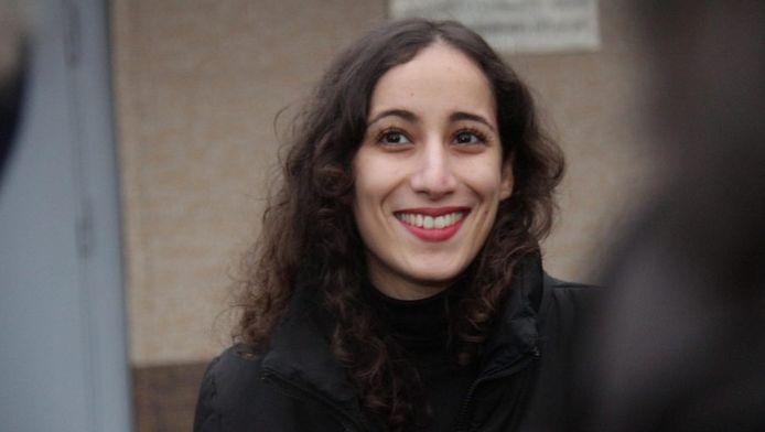 - Faiza Oulahsen bij de gevangenis in St. Petersburg.