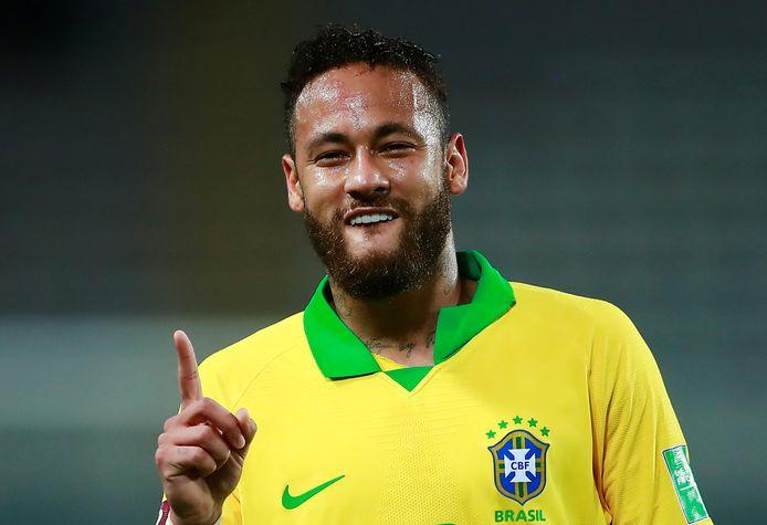 Neymar eert Ronaldo door te juichen op voor de voormalig topspits kenmerkende wijze.