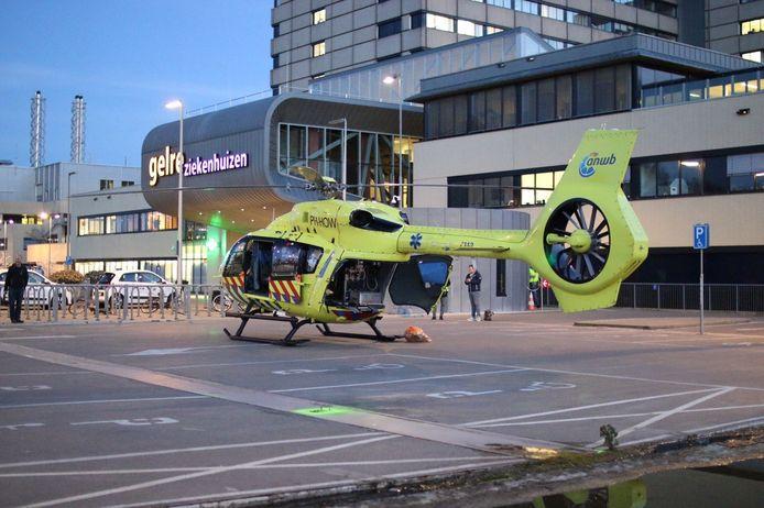 Een coronapatiënt wordt per helikopter overgebracht naar het Gelre Ziekenhuis in Apeldoorn.
