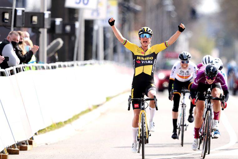 VALKENBURG - Marianne Vos viert haar overwinning tijdens de Amstel Gold Race Ladies Edition. De wielerwedstrijd wordt dit jaar zonder publiek verreden, in verband met het coronavirus. ANP MARCEL VAN HOORN Beeld ANP