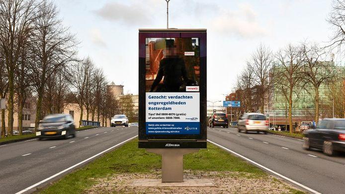 De foto's zijn vanaf maandag op schermen door de hele stad te zien.