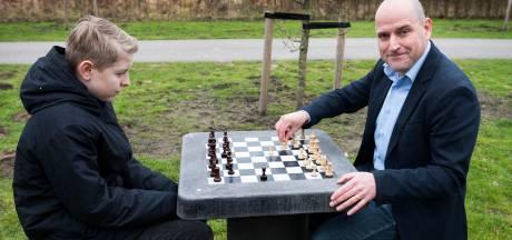 Extra schaaktafels in het Máximapark gaan er komen, óók voor rolstoelgebruikers