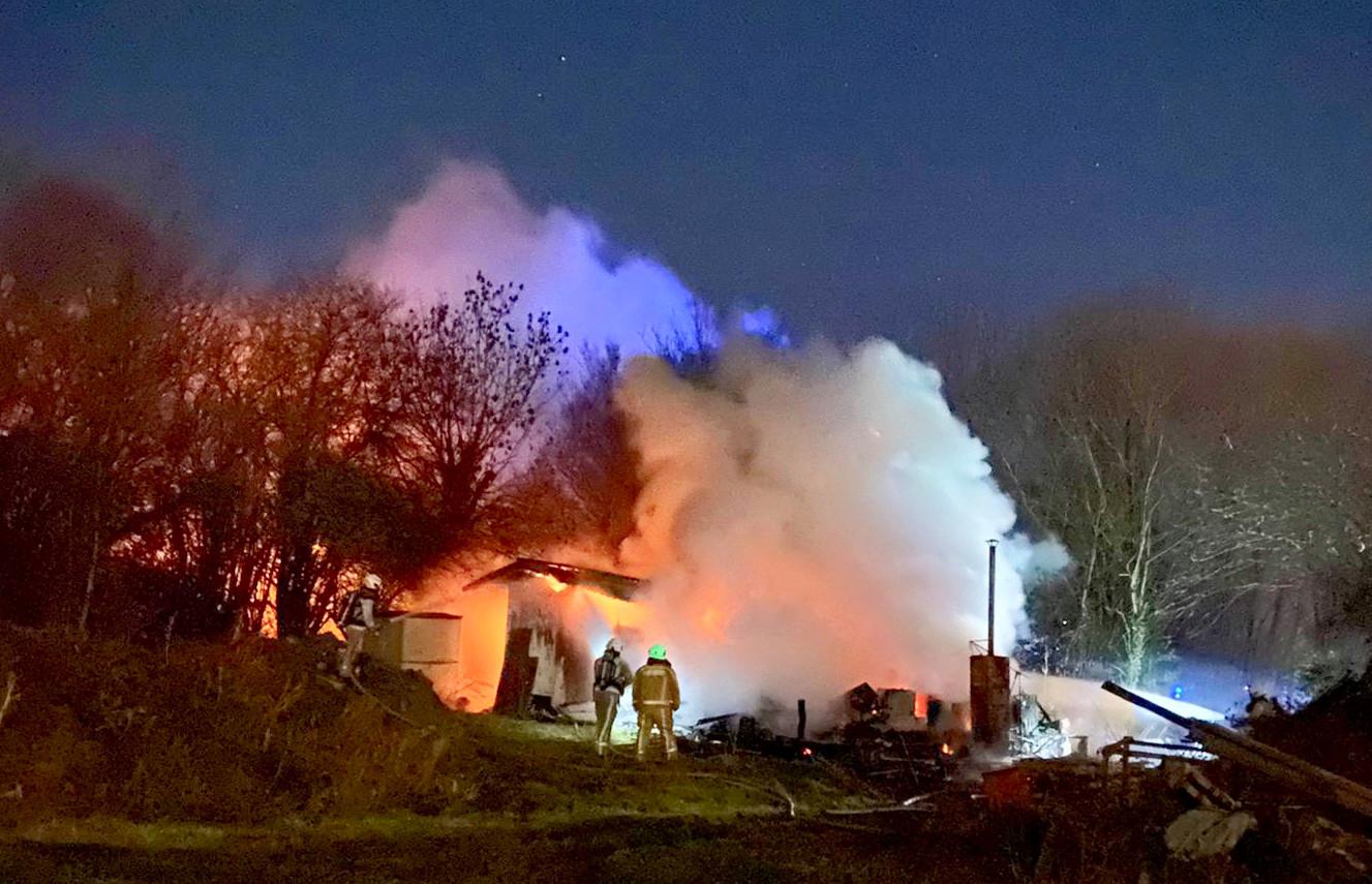 De uitslaande brand woedde in een kleine loods van de bioboerderij Broekelzenhoek, langs de Bellestraat in Westouter.