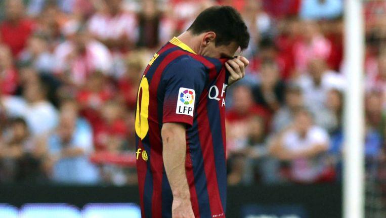 Lionel Messi verlaat het veld met een blessure. Beeld EPA