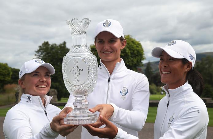 Anne van Dam (midden) poseert met Bronte Law (links) en Celine Boutier na de bekendmaking van het Europese team voor de Solheim Cup in Schotland.