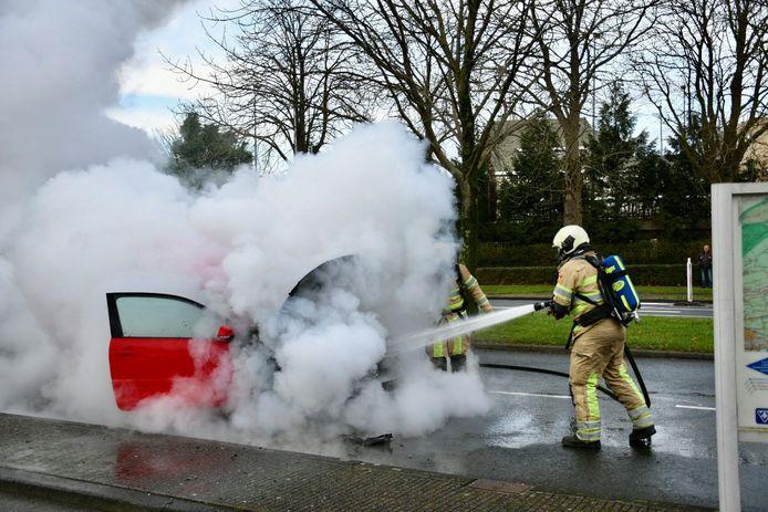 De brandweer had het vuur snel onder controle, maar de auto was niet meer te redden.
