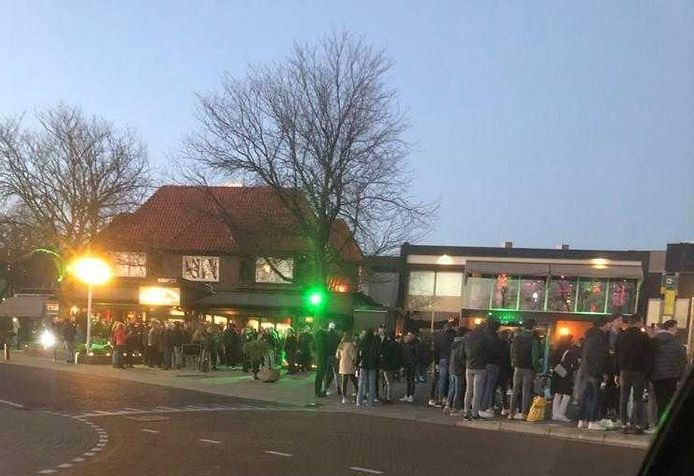 Grote drukte vanavond op de pakreerplaats en het terras van Witkamp in Laren.