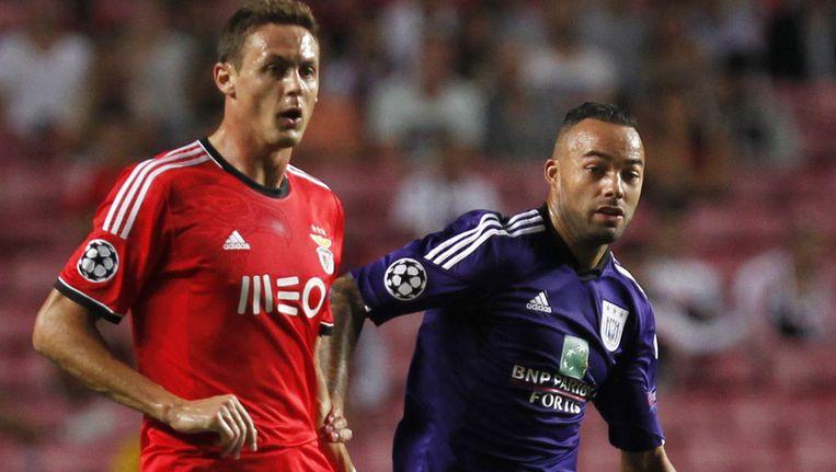 Demy de Zeeuw (r) in duel met oud-Vitessenaar Nemanja Matic van Benfica.