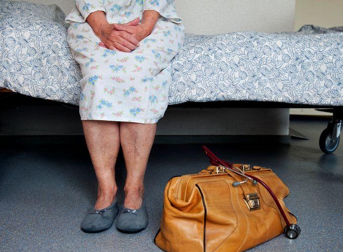 De rechtbank in Den Haag buigt zich vandaag over een zaak tegen een arts die euthanasie pleegde bij een dementerende vrouw terwijl ze daar niets van wist.