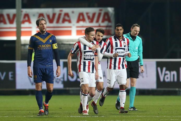 Rienstra loopt na zijn doelpunt met Pedro Chirivella om zijn nek richting de middenstip.