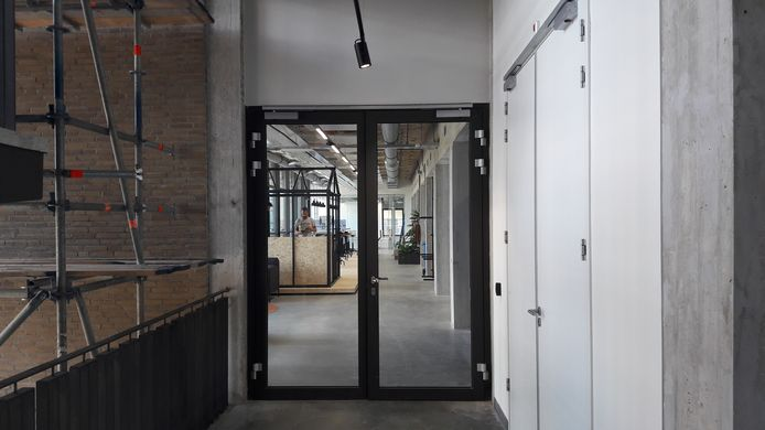 Een van de gangen van gebouw TQ (4) op Strijp-T in Eindhoven waar nog hard gewerkt wordt aan de inrichting.