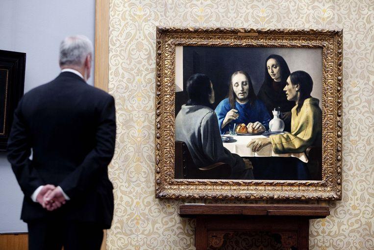 Een bezoeker van Museum Boijmans Van Beuningen in Rotterdam bekijkt het schilderij De Emmausgangers van Vermeer. Beeld anp