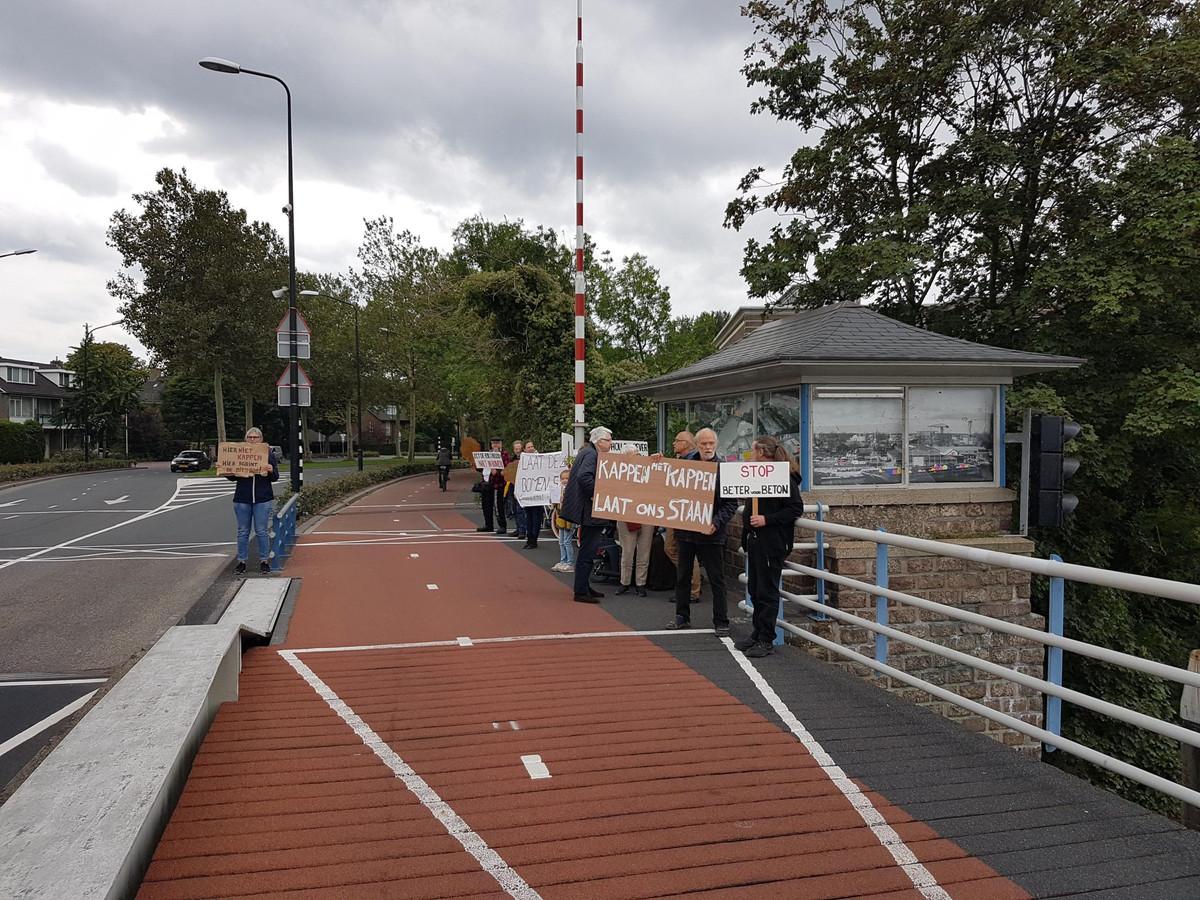 Stichting Het Wantij protesteert elke vrijdag op de Prins Hendrikbrug tegen de kap.